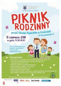 Plakat z Programem Pikniku Rodzinnego przed Oknem Papieskim