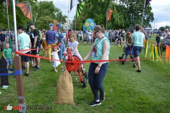 piknik rodzinny krakow bulwary wislane dzien dziecka 2 585x389 - Galeria zdjęć ze Smoczego Pikniku Rodzinnego nad Wisłą w Krakowie (1 czerwca 2019 Dzień Dziecka)