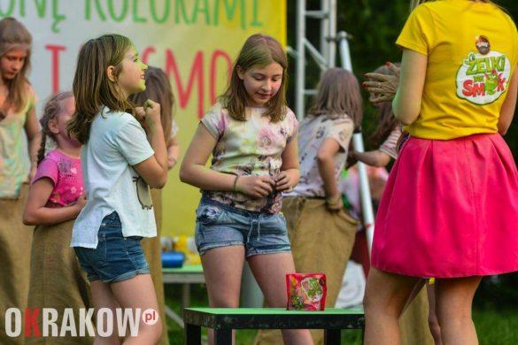 rekord guinessa marka wawel krakow swieto kolorow 1 585x390 - Światowy Rekord Guinnessa w jednoczesnym otwieraniu słodyczy – marka Wawel ustanawia nowy wynik
