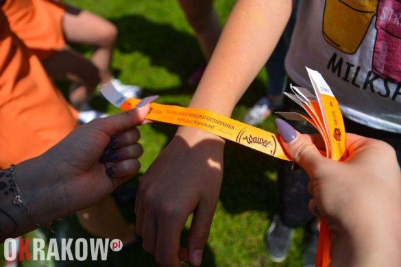 rekord guinessa marka wawel krakow swieto kolorow 2 585x390 - Światowy Rekord Guinnessa w jednoczesnym otwieraniu słodyczy – marka Wawel ustanawia nowy wynik