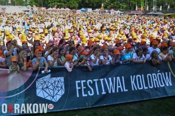 rekord guinessa marka wawel krakow swieto kolorow 5 585x390 - Światowy Rekord Guinnessa w jednoczesnym otwieraniu słodyczy – marka Wawel ustanawia nowy wynik