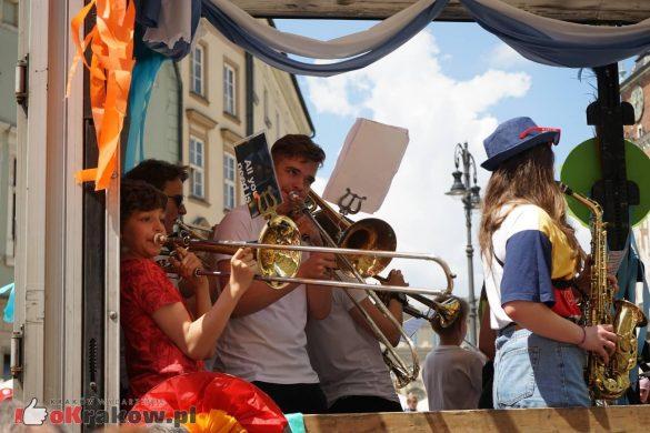 wielka parada smokow przeszla przez krakow w 40 smokow do okola swiata 2019 10 585x390 - Parada Smoków przeszła przez Kraków. Obszerna galeria zdjęć - 2 czerwca 2019 w Krakowie