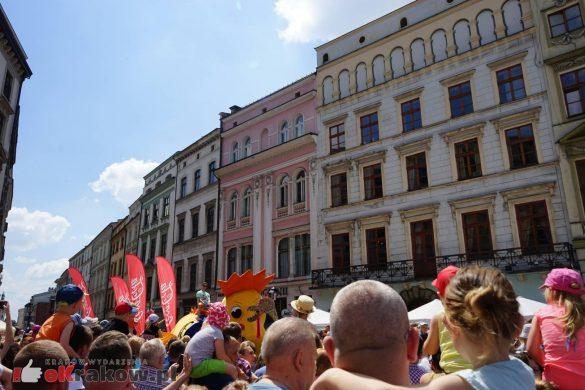 wielka parada smokow przeszla przez krakow w 40 smokow do okola swiata 2019 11 585x390 - Parada Smoków przeszła przez Kraków. Obszerna galeria zdjęć - 2 czerwca 2019 w Krakowie