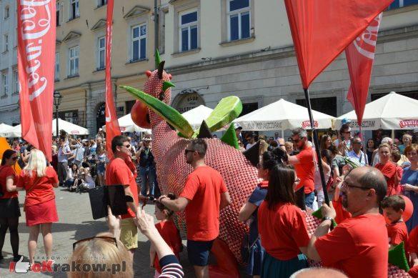 wielka parada smokow przeszla przez krakow w 40 smokow do okola swiata 2019 112 585x389 - Parada Smoków przeszła przez Kraków. Obszerna galeria zdjęć - 2 czerwca 2019 w Krakowie