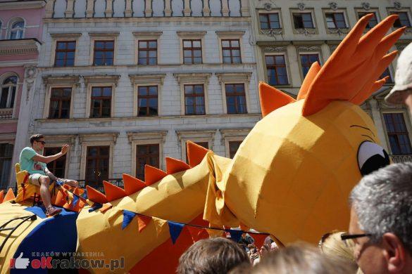wielka parada smokow przeszla przez krakow w 40 smokow do okola swiata 2019 12 585x390 - Parada Smoków przeszła przez Kraków. Obszerna galeria zdjęć - 2 czerwca 2019 w Krakowie