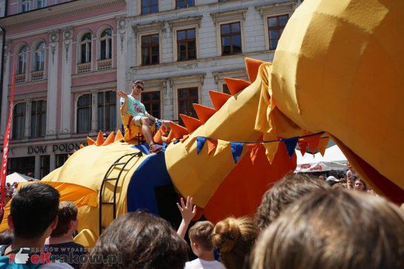 wielka parada smokow przeszla przez krakow w 40 smokow do okola swiata 2019 13 585x390 - Parada Smoków przeszła przez Kraków. Obszerna galeria zdjęć - 2 czerwca 2019 w Krakowie