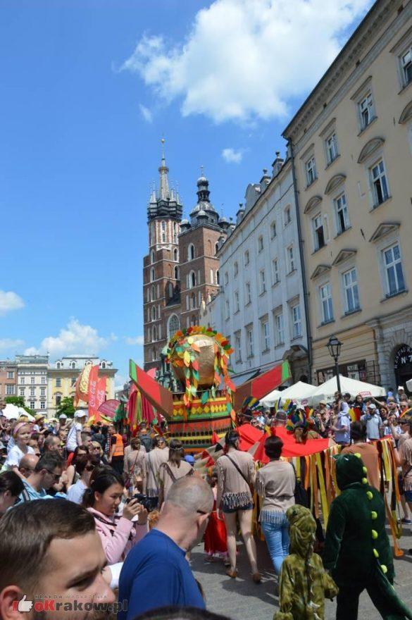 wielka parada smokow przeszla przez krakow w 40 smokow do okola swiata 2019 131 585x880 - Parada Smoków przeszła przez Kraków. Obszerna galeria zdjęć - 2 czerwca 2019 w Krakowie