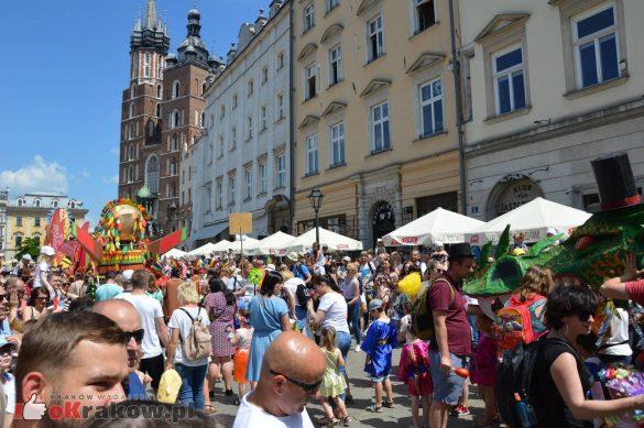 wielka parada smokow przeszla przez krakow w 40 smokow do okola swiata 2019 135 585x389 - Parada Smoków przeszła przez Kraków. Obszerna galeria zdjęć - 2 czerwca 2019 w Krakowie