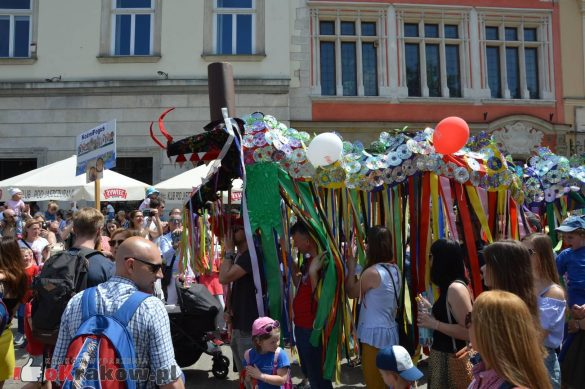 wielka parada smokow przeszla przez krakow w 40 smokow do okola swiata 2019 143 585x389 - Parada Smoków przeszła przez Kraków. Obszerna galeria zdjęć - 2 czerwca 2019 w Krakowie