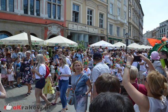 wielka parada smokow przeszla przez krakow w 40 smokow do okola swiata 2019 144 585x389 - Parada Smoków przeszła przez Kraków. Obszerna galeria zdjęć - 2 czerwca 2019 w Krakowie