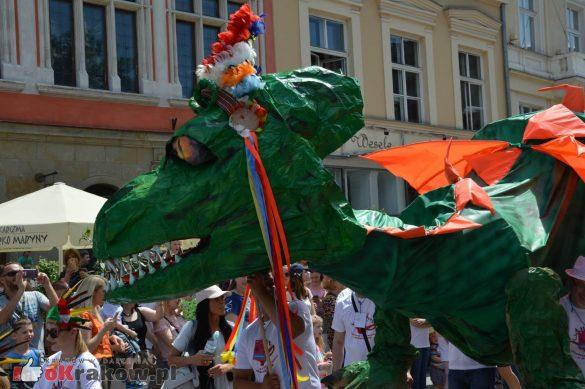 wielka parada smokow przeszla przez krakow w 40 smokow do okola swiata 2019 148 585x389 - Parada Smoków przeszła przez Kraków. Obszerna galeria zdjęć - 2 czerwca 2019 w Krakowie