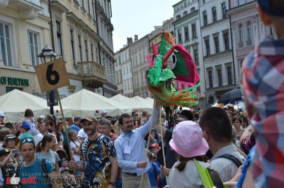 wielka parada smokow przeszla przez krakow w 40 smokow do okola swiata 2019 153 585x389 - Parada Smoków przeszła przez Kraków. Obszerna galeria zdjęć - 2 czerwca 2019 w Krakowie