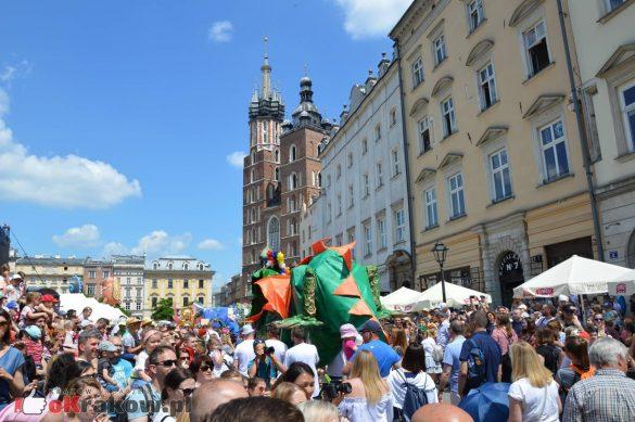 wielka parada smokow przeszla przez krakow w 40 smokow do okola swiata 2019 156 585x389 - Parada Smoków przeszła przez Kraków. Obszerna galeria zdjęć - 2 czerwca 2019 w Krakowie