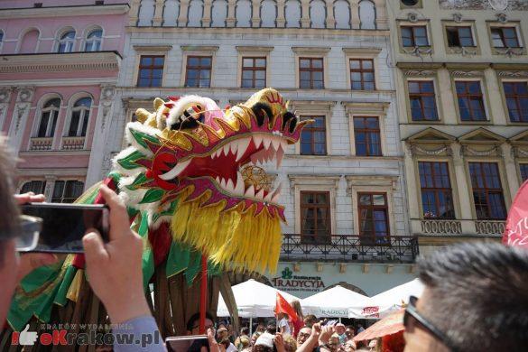 wielka parada smokow przeszla przez krakow w 40 smokow do okola swiata 2019 16 585x390 - Parada Smoków przeszła przez Kraków. Obszerna galeria zdjęć - 2 czerwca 2019 w Krakowie