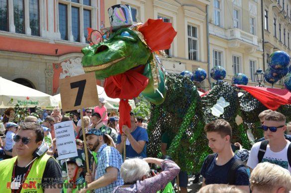 wielka parada smokow przeszla przez krakow w 40 smokow do okola swiata 2019 162 585x389 - Parada Smoków przeszła przez Kraków. Obszerna galeria zdjęć - 2 czerwca 2019 w Krakowie