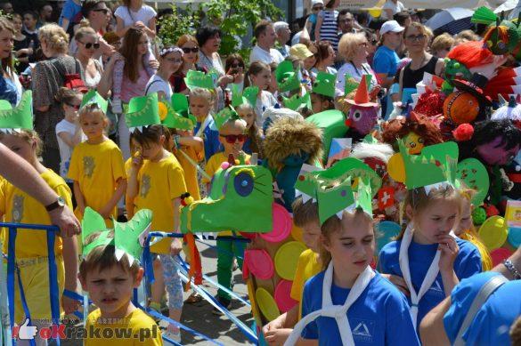 wielka parada smokow przeszla przez krakow w 40 smokow do okola swiata 2019 183 585x389 - Parada Smoków przeszła przez Kraków. Obszerna galeria zdjęć - 2 czerwca 2019 w Krakowie