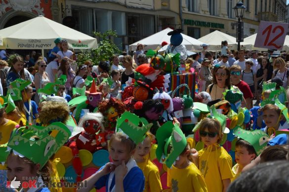 wielka parada smokow przeszla przez krakow w 40 smokow do okola swiata 2019 185 585x389 - Parada Smoków przeszła przez Kraków. Obszerna galeria zdjęć - 2 czerwca 2019 w Krakowie
