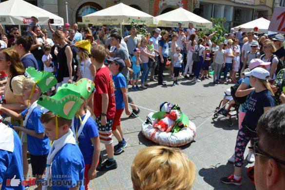 wielka parada smokow przeszla przez krakow w 40 smokow do okola swiata 2019 188 585x389 - Parada Smoków przeszła przez Kraków. Obszerna galeria zdjęć - 2 czerwca 2019 w Krakowie