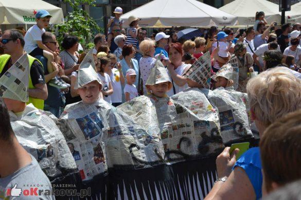 wielka parada smokow przeszla przez krakow w 40 smokow do okola swiata 2019 217 585x389 - Parada Smoków przeszła przez Kraków. Obszerna galeria zdjęć - 2 czerwca 2019 w Krakowie