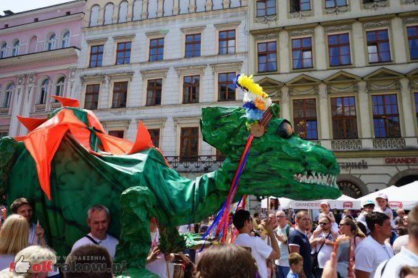 wielka parada smokow przeszla przez krakow w 40 smokow do okola swiata 2019 22 585x390 - Parada Smoków przeszła przez Kraków. Obszerna galeria zdjęć - 2 czerwca 2019 w Krakowie