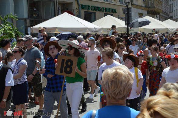wielka parada smokow przeszla przez krakow w 40 smokow do okola swiata 2019 224 585x389 - Parada Smoków przeszła przez Kraków. Obszerna galeria zdjęć - 2 czerwca 2019 w Krakowie