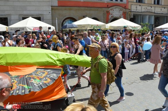 wielka parada smokow przeszla przez krakow w 40 smokow do okola swiata 2019 253 585x389 - Parada Smoków przeszła przez Kraków. Obszerna galeria zdjęć - 2 czerwca 2019 w Krakowie