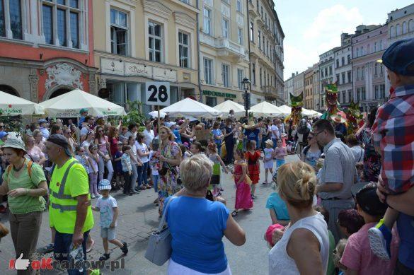 wielka parada smokow przeszla przez krakow w 40 smokow do okola swiata 2019 267 585x389 - Parada Smoków przeszła przez Kraków. Obszerna galeria zdjęć - 2 czerwca 2019 w Krakowie