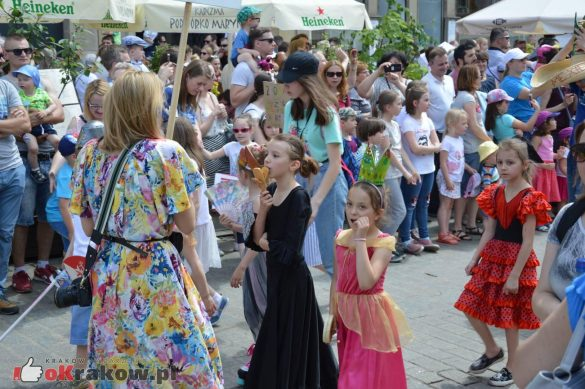 wielka parada smokow przeszla przez krakow w 40 smokow do okola swiata 2019 268 585x389 - Parada Smoków przeszła przez Kraków. Obszerna galeria zdjęć - 2 czerwca 2019 w Krakowie