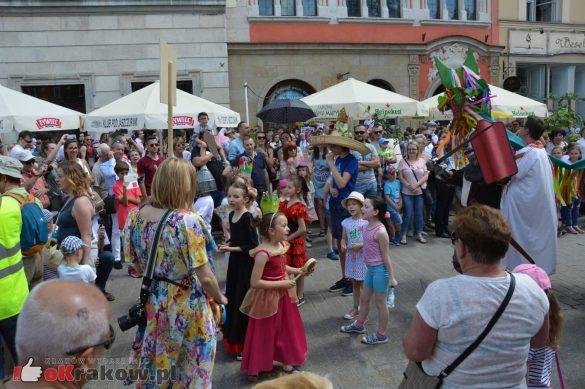 wielka parada smokow przeszla przez krakow w 40 smokow do okola swiata 2019 272 585x389 - Parada Smoków przeszła przez Kraków. Obszerna galeria zdjęć - 2 czerwca 2019 w Krakowie