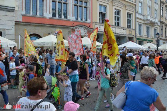 wielka parada smokow przeszla przez krakow w 40 smokow do okola swiata 2019 285 585x389 - Parada Smoków przeszła przez Kraków. Obszerna galeria zdjęć - 2 czerwca 2019 w Krakowie