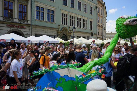wielka parada smokow przeszla przez krakow w 40 smokow do okola swiata 2019 29 585x390 - Parada Smoków przeszła przez Kraków. Obszerna galeria zdjęć - 2 czerwca 2019 w Krakowie