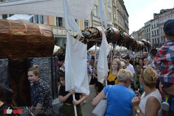 wielka parada smokow przeszla przez krakow w 40 smokow do okola swiata 2019 293 585x389 - Parada Smoków przeszła przez Kraków. Obszerna galeria zdjęć - 2 czerwca 2019 w Krakowie