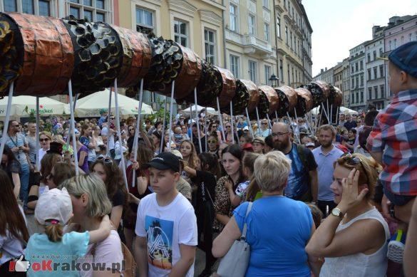 wielka parada smokow przeszla przez krakow w 40 smokow do okola swiata 2019 295 585x389 - Parada Smoków przeszła przez Kraków. Obszerna galeria zdjęć - 2 czerwca 2019 w Krakowie