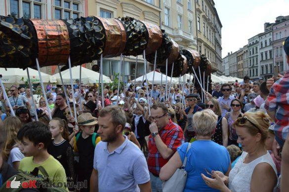 wielka parada smokow przeszla przez krakow w 40 smokow do okola swiata 2019 297 585x389 - Parada Smoków przeszła przez Kraków. Obszerna galeria zdjęć - 2 czerwca 2019 w Krakowie