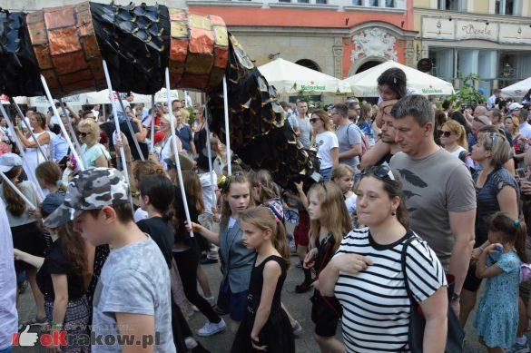 wielka parada smokow przeszla przez krakow w 40 smokow do okola swiata 2019 299 585x389 - Parada Smoków przeszła przez Kraków. Obszerna galeria zdjęć - 2 czerwca 2019 w Krakowie