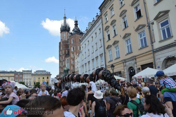 wielka parada smokow przeszla przez krakow w 40 smokow do okola swiata 2019 300 585x389 - Parada Smoków przeszła przez Kraków. Obszerna galeria zdjęć - 2 czerwca 2019 w Krakowie