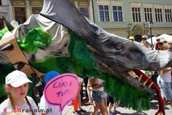 wielka parada smokow przeszla przez krakow w 40 smokow do okola swiata 2019 38 585x390 - Parada Smoków przeszła przez Kraków. Obszerna galeria zdjęć - 2 czerwca 2019 w Krakowie