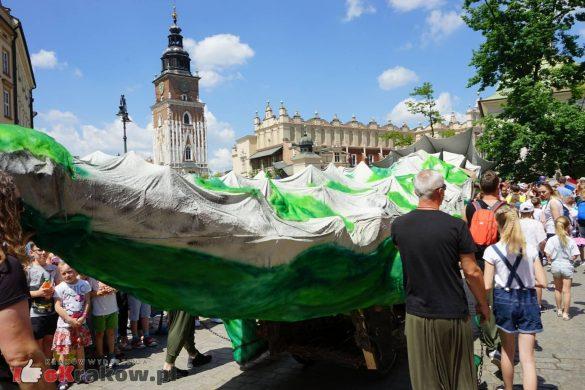 wielka parada smokow przeszla przez krakow w 40 smokow do okola swiata 2019 40 585x390 - Parada Smoków przeszła przez Kraków. Obszerna galeria zdjęć - 2 czerwca 2019 w Krakowie