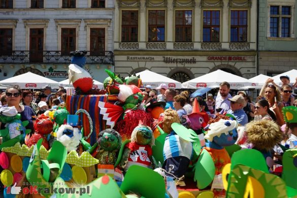 wielka parada smokow przeszla przez krakow w 40 smokow do okola swiata 2019 41 585x390 - Parada Smoków przeszła przez Kraków. Obszerna galeria zdjęć - 2 czerwca 2019 w Krakowie