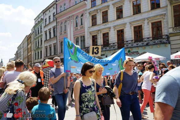 wielka parada smokow przeszla przez krakow w 40 smokow do okola swiata 2019 42 585x390 - Parada Smoków przeszła przez Kraków. Obszerna galeria zdjęć - 2 czerwca 2019 w Krakowie