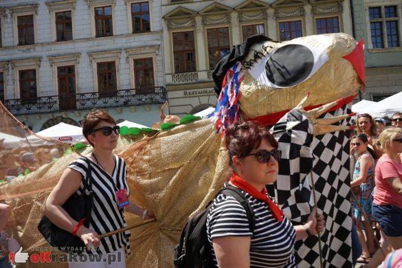 wielka parada smokow przeszla przez krakow w 40 smokow do okola swiata 2019 44 585x390 - Parada Smoków przeszła przez Kraków. Obszerna galeria zdjęć - 2 czerwca 2019 w Krakowie