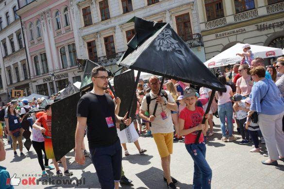 wielka parada smokow przeszla przez krakow w 40 smokow do okola swiata 2019 46 585x390 - Parada Smoków przeszła przez Kraków. Obszerna galeria zdjęć - 2 czerwca 2019 w Krakowie