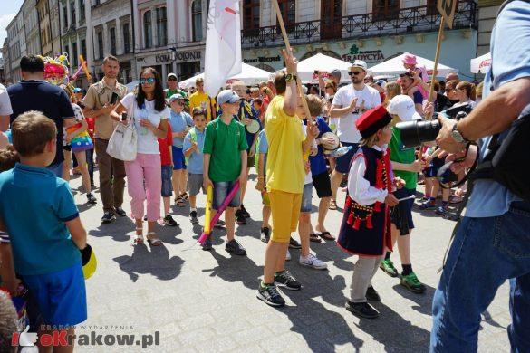 wielka parada smokow przeszla przez krakow w 40 smokow do okola swiata 2019 47 585x390 - Parada Smoków przeszła przez Kraków. Obszerna galeria zdjęć - 2 czerwca 2019 w Krakowie