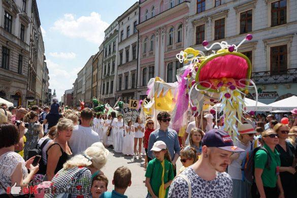 wielka parada smokow przeszla przez krakow w 40 smokow do okola swiata 2019 49 585x390 - Parada Smoków przeszła przez Kraków. Obszerna galeria zdjęć - 2 czerwca 2019 w Krakowie
