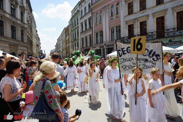 wielka parada smokow przeszla przez krakow w 40 smokow do okola swiata 2019 54 585x390 - Parada Smoków przeszła przez Kraków. Obszerna galeria zdjęć - 2 czerwca 2019 w Krakowie