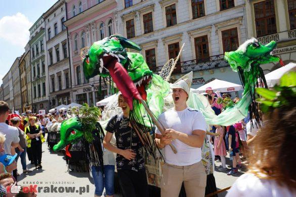wielka parada smokow przeszla przez krakow w 40 smokow do okola swiata 2019 59 585x390 - Parada Smoków przeszła przez Kraków. Obszerna galeria zdjęć - 2 czerwca 2019 w Krakowie