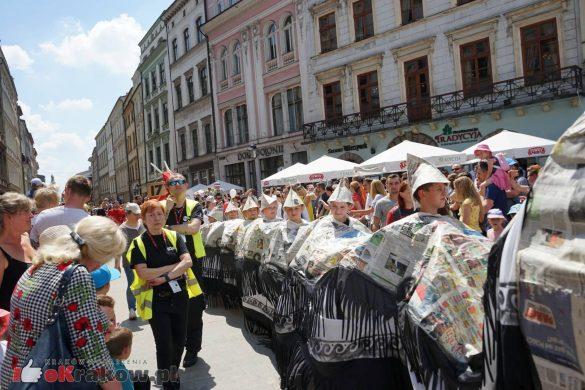 wielka parada smokow przeszla przez krakow w 40 smokow do okola swiata 2019 62 585x390 - Parada Smoków przeszła przez Kraków. Obszerna galeria zdjęć - 2 czerwca 2019 w Krakowie