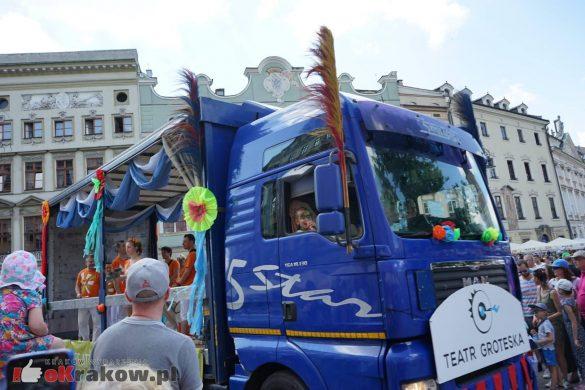 wielka parada smokow przeszla przez krakow w 40 smokow do okola swiata 2019 76 585x390 - Parada Smoków przeszła przez Kraków. Obszerna galeria zdjęć - 2 czerwca 2019 w Krakowie