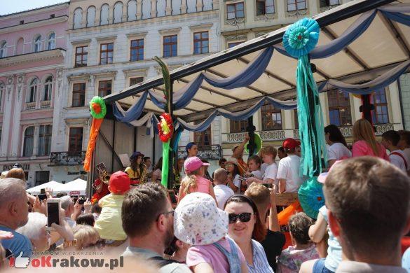 wielka parada smokow przeszla przez krakow w 40 smokow do okola swiata 2019 8 585x390 - Parada Smoków przeszła przez Kraków. Obszerna galeria zdjęć - 2 czerwca 2019 w Krakowie