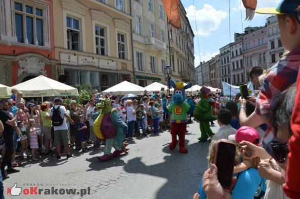 wielka parada smokow przeszla przez krakow w 40 smokow do okola swiata 2019 85 585x389 - Parada Smoków przeszła przez Kraków. Obszerna galeria zdjęć - 2 czerwca 2019 w Krakowie
